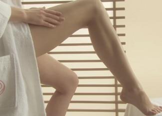 Lait hydratant sur la jambe