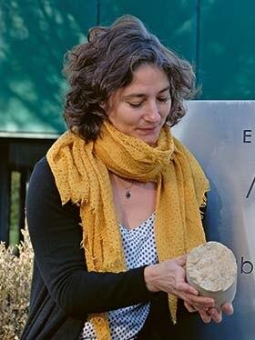 Julie Lions, Leiterin des Eau Thermale Avène Wasserlabors