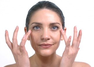 Application tutorial: Soothing eye contour cream